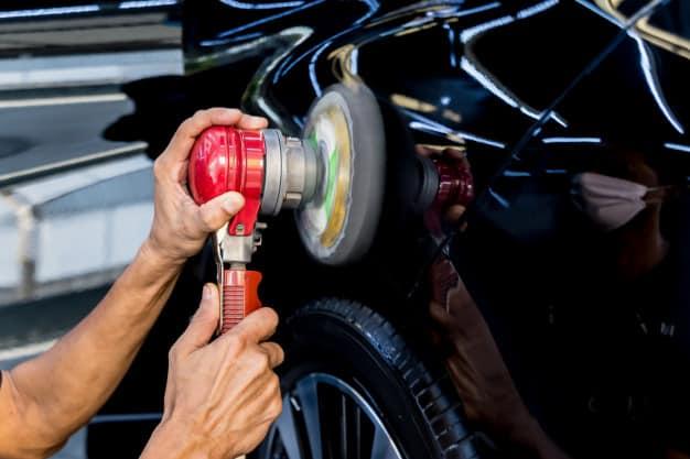 trabajador-pule-automovil-herramienta-electrica_179755-6545
